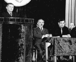 А. Маневич (в центре) на встрече в ДК станкозавода с рабочими и жителями Новозыбкова. Выступает А. Эпштейн, справа директор НСЗ Г.Тагиев. 1972 г.
